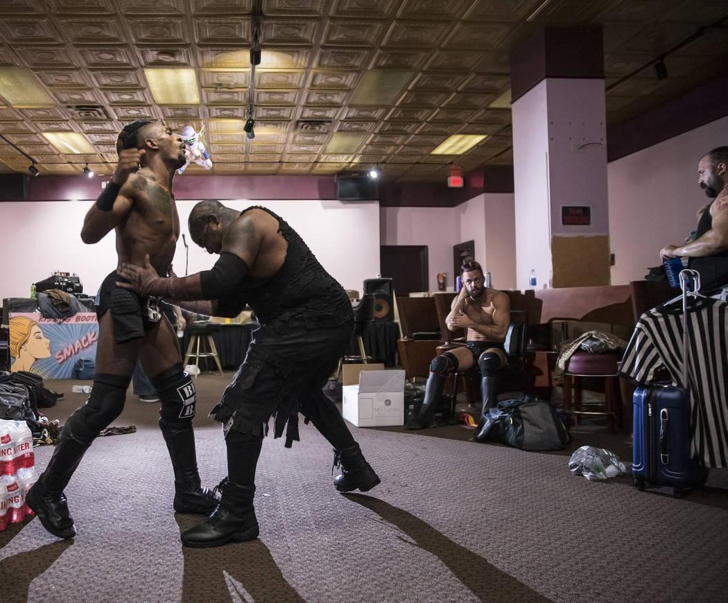"""Chris Bey, a la izquierda, practica con Wes Logan, también conocido como """"Bestia el Carnicero"""" antes del comienzo de su combate Versus Wrestling el viernes, 3 de agosto de 2018, en Neonopolis, en ..."""