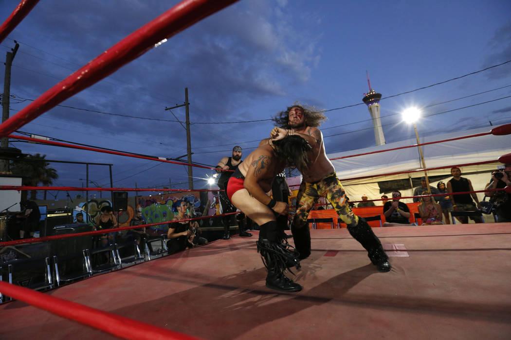 Wild Horse, izquierda, pelea con Gorgeous Gary Galaxy durante un evento de lucha Versus Pro en 1429 S. Commerce St. en Las Vegas, viernes, 6 de julio de 2018. Chitose Suzuki Las Vegas Review-Journ ...