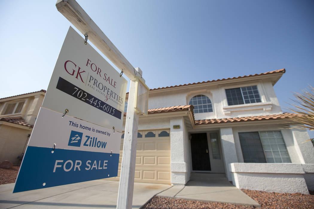 Una casa propiedad de la empresa inmobiliaria en línea Zillow ubicada en 8308 Cretan Blue Lane en Desert Shores en Las Vegas el viernes 10 de agosto de 2018. (Richard Brian / Las Vegas Review-Jou ...