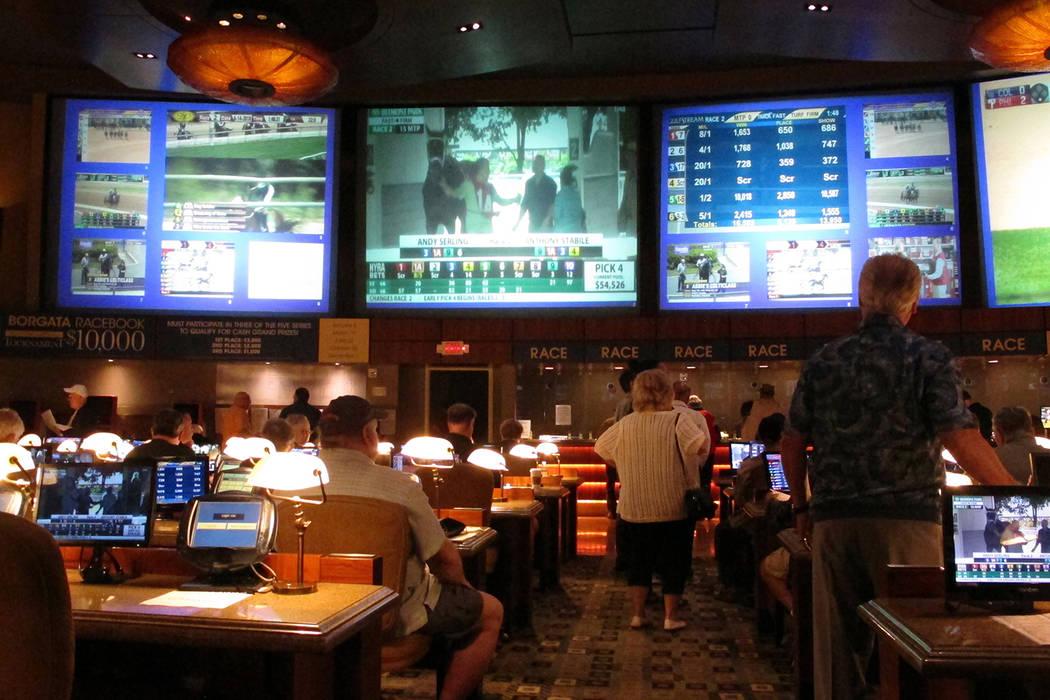 En esta foto de archivo del 14 de junio de 2018, los apostantes esperan hacer apuestas sobre eventos deportivos en el casino Borgata en Atlantic City, N.J., horas después de que comenzaran a acep ...
