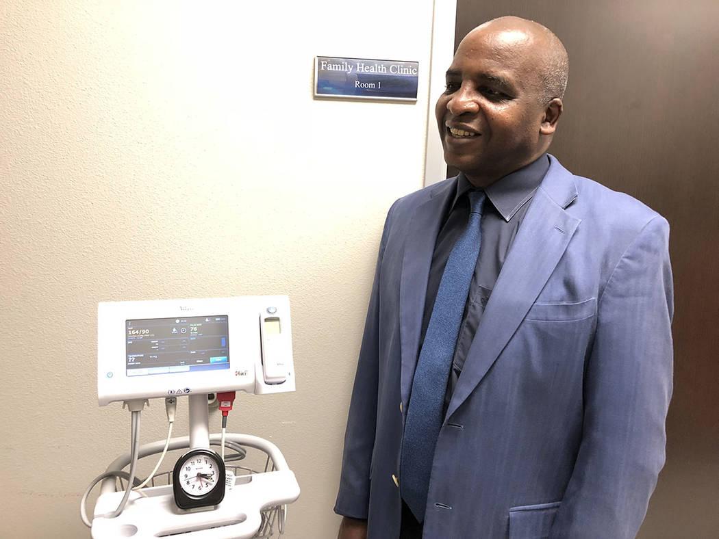Dr. Fermín Leguen, director médico y de Servicios Clínicos, del SNHD, junto a uno de los consultorios en la nueva Clínica Familiar de Servicios de Salud. El 5 de septiembre de 2018. Foto Valde ...