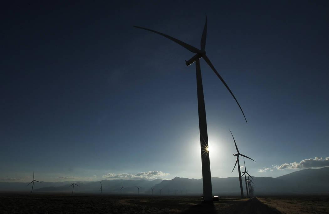 Torres de turbinas tan altas como el Hotel Palms alcanzan el cielo en Spring Valley Wind Energy cerca del Parque Nacional Great Basin en el este de Nevada el 14 de agosto de 2014. El parque eólic ...