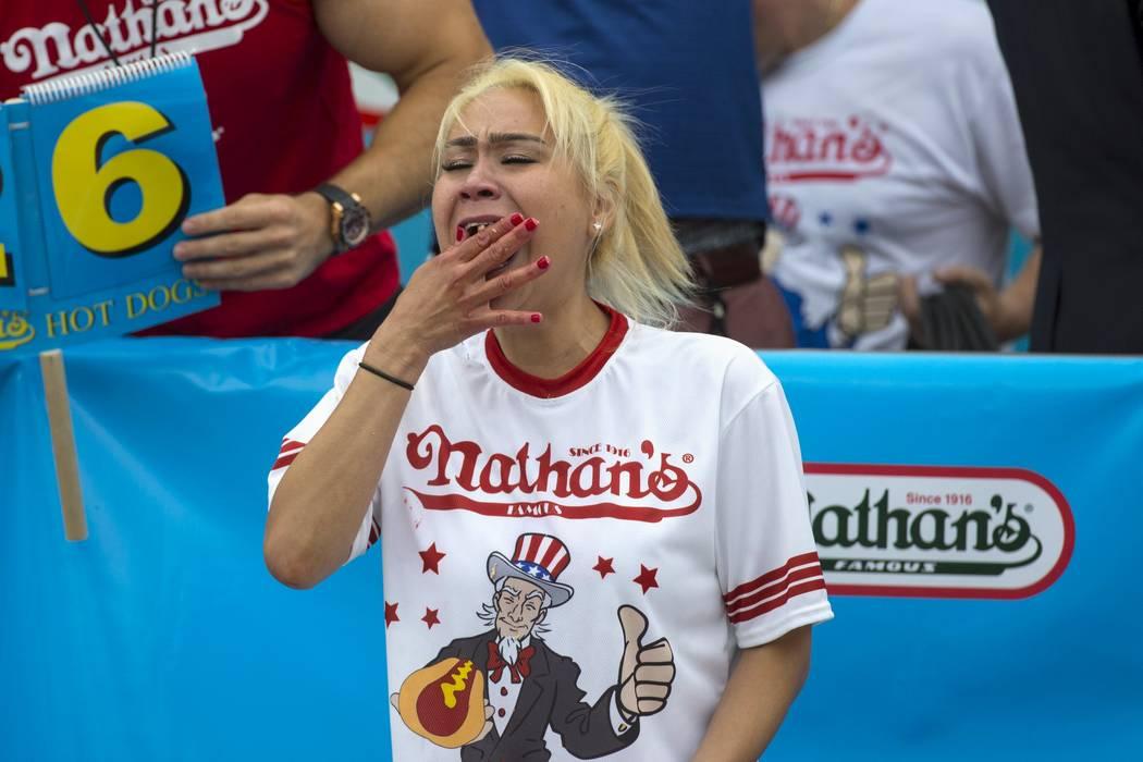 Miki Sudo, ganadora del famoso concurso de comer perritos calientes de Nathan en la división femenina, come un perrito caliente durante la competencia en Brooklyn, Nueva York, el 4 de julio de 20 ...