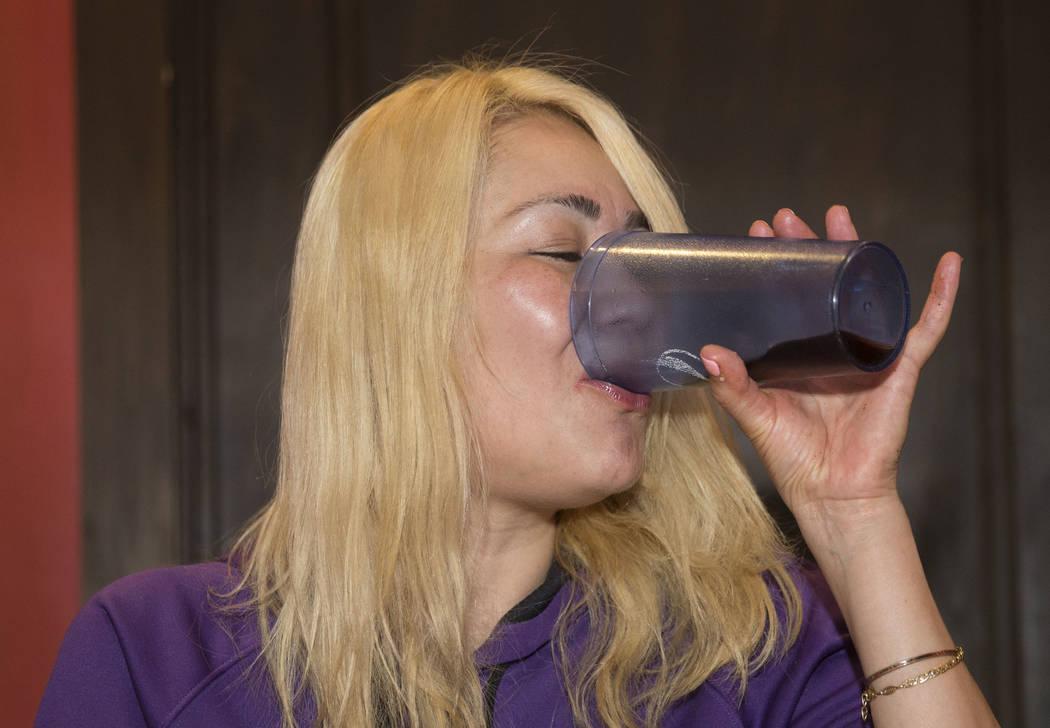 La campeona local y competitiva de comidas de Las Vegas, Miki Sudo, toma un trago de Diet Pepsi después de completar el Double Down Pizza Challenge en Slice of Vegas el jueves 6 de septiembre de ...