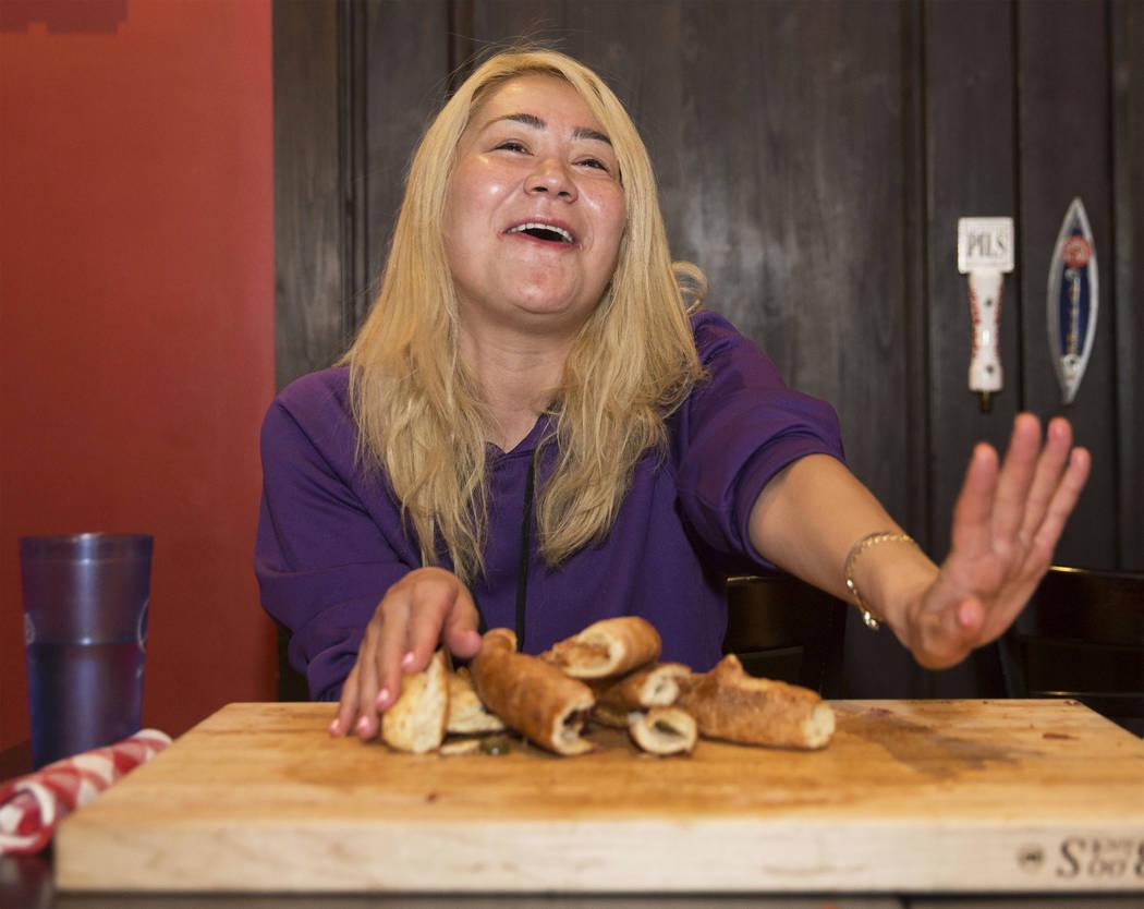 La campeona local y competitiva de comidas de Las Vegas, Miki Sudo, comienza su intento de completar el Double Down Pizza Challenge en Slice of Vegas el jueves, 6 de septiembre de 2018, en Mandala ...