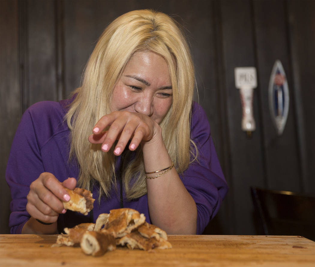 La campeona local y competitiva de comidas de Las Vegas, Miki Sudo, trata de no reírse mientras intenta completar el Double Down Pizza Challenge en Slice of Vegas el jueves 6 de septiembre de 201 ...