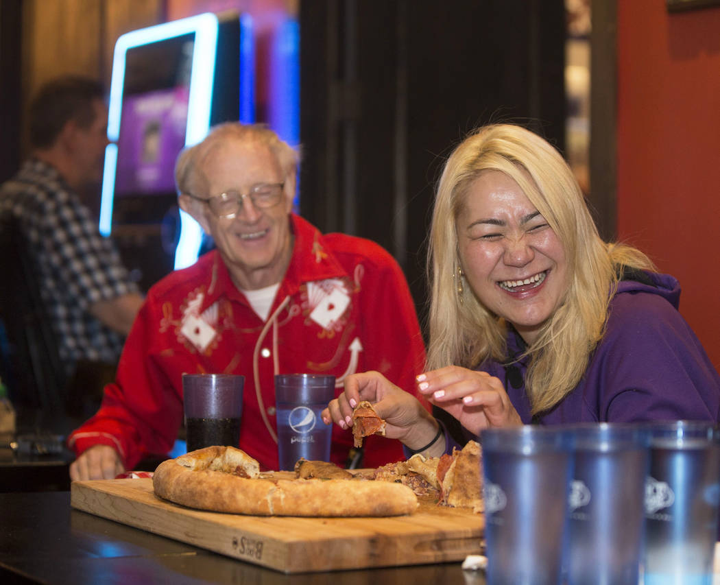 La campeona local y competitiva de comidas de Las Vegas Miki Sudo, a la derecha, comparte una risa con su amigo y compañero competitivo Rich Lecof Levre durante su intento de completar el Double ...