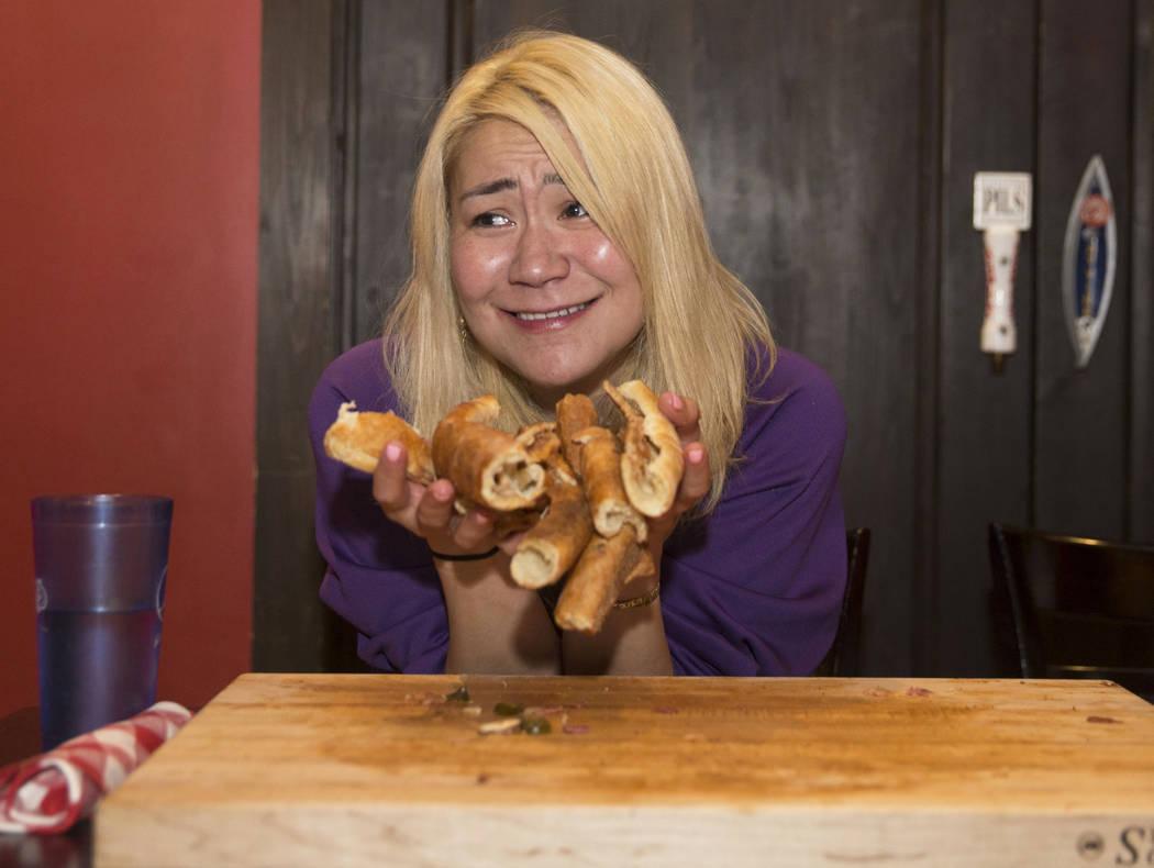 La campeona local y competitiva de comidas de Las Vegas, Miki Sudo, sostiene la corteza que aún tiene que comer para completar el Double Down Pizza Challenge en Slice of Vegas el jueves 6 de sept ...