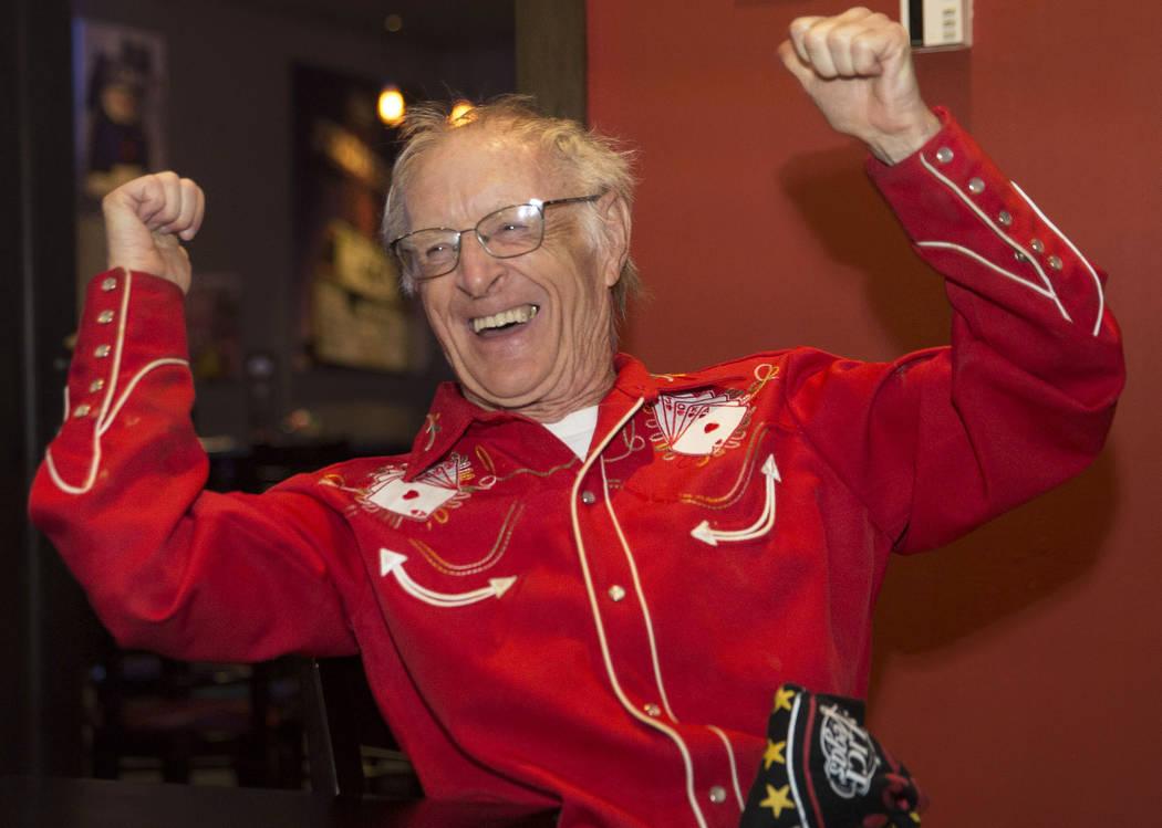 """Comedor competitivo Rich """"The Locust"""" LeFevre aplaude mientras el campeón nativo y competitivo de comidas de Las Vegas, Miki Sudo, termina el Double Down Pizza Challenge en Slice of Vegas el juev ..."""