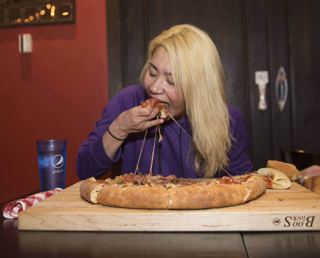 La campeona local y competitiva de comidas de Las Vegas, Miki Sudo, intenta completar el Double Down Pizza Challenge en Slice of Vegas el jueves, 6 de septiembre de 2018, en Mandalay Bay, en Las V ...