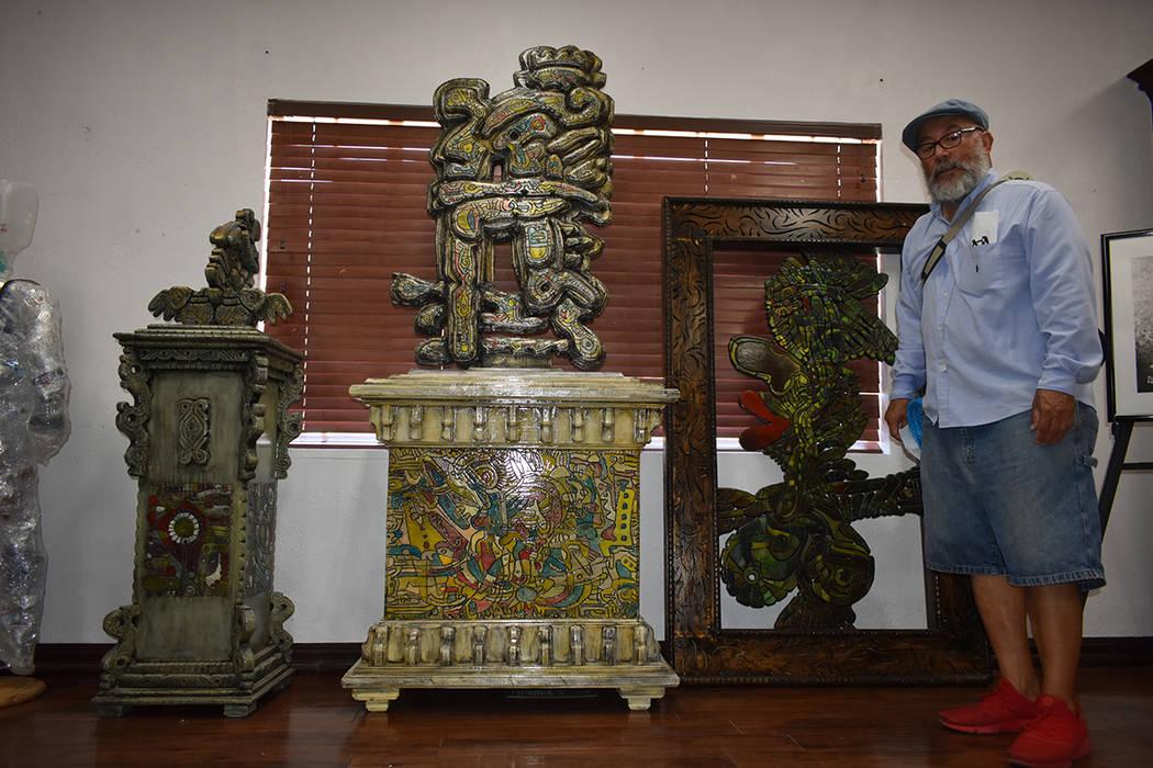 El artista plástico Jesús Toloza expuso tres atractivas piezas realizadas con madera reciclada. Jueves 6 de septiembre de 2018 en UNLV. Foto Anthony Avellaneda / El Tiempo.