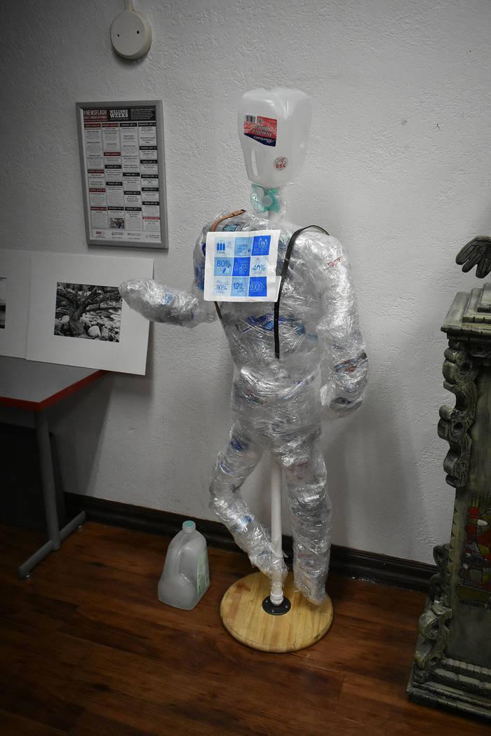 Distintos artistas plásticos locales mostraron su trabajo ante personas preocupadas por la conservación del medio ambiente. Jueves 6 de septiembre de 2018 en UNLV. Foto Anthony Avellaneda / El T ...