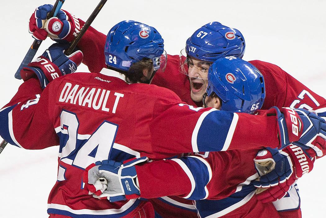 Phillip Danault (24) de los Montreal Canadiens, celebra con sus compañeros Max Pacioretty (67) y Andrew Shaw (65) después de anotar contra los Detroit Red Wings durante el primer período de un ...