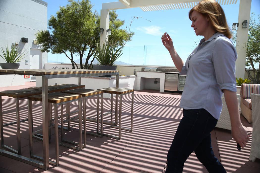 Kerry Gerst, dueña de una casa en Ogden, se opone a alquileres a corto plazo en su edificio de apartamentos. Nos da un tour por el Ogden en Las Vegas, el viernes 24 de agosto de 2018. Erik Verduz ...