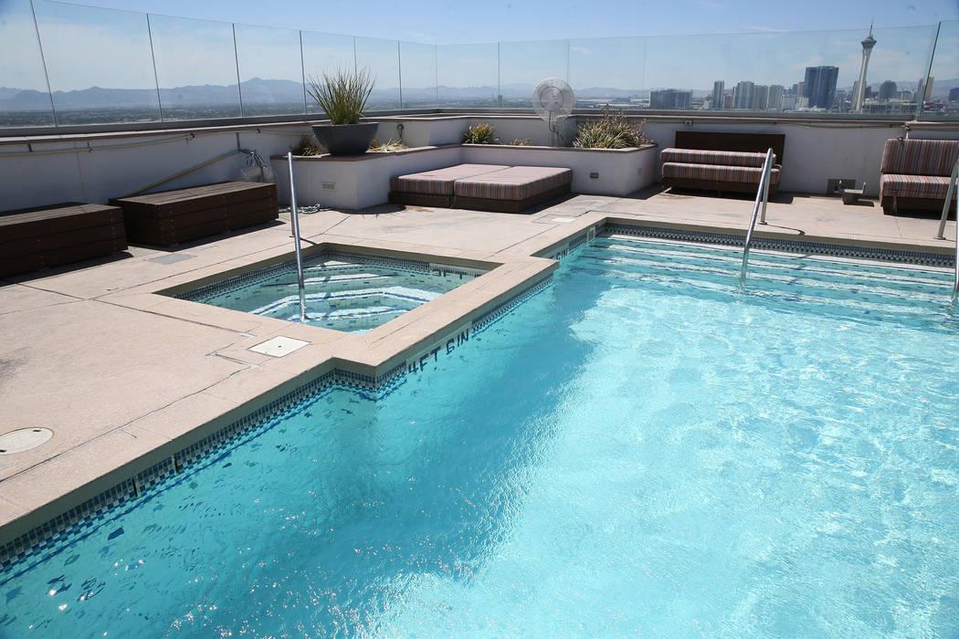 La vista desde la piscina del Ogden en Las Vegas, viernes, 24 de agosto de 2018. Erik Verduzco Las Vegas Review-Journal @Erik_Verduzco