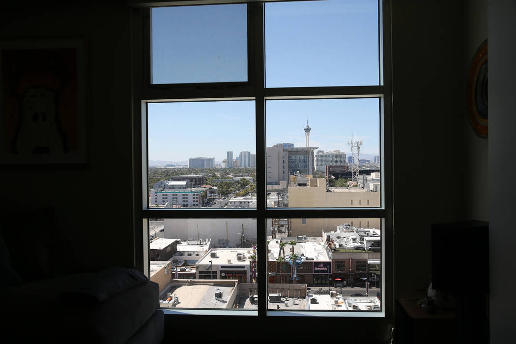La vista desde la casa de Kerry Gerst que vive en el Ogden de Las Vegas, el viernes 24 de agosto de 2018. Erik Verduzco Las Vegas Review-Journal @Erik_Verduzco