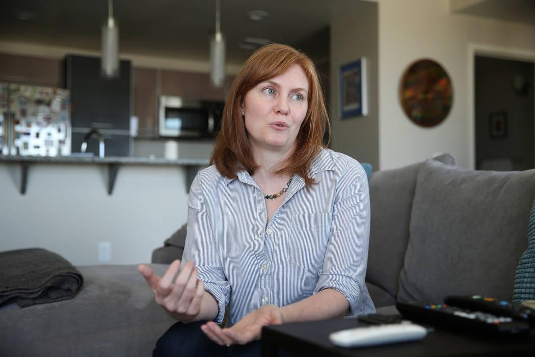 Kerry Gerst es entrevistada en su casa de Ogden en Las Vegas, el viernes 24 de agosto de 2018. Gerst se opone a alquileres a corto plazo en su edificio de apartamentos. Erik Verduzco Las Vegas Rev ...