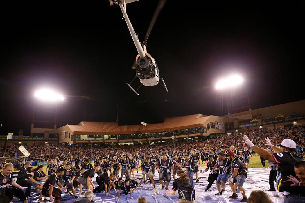 Decenas de aficionados de Las Vegas Lights FC participaron en una actividad al medio tiempo que consistía en recoger dinero en efectivo que era lanzado desde un helicóptero. Sábado 8 de septiem ...