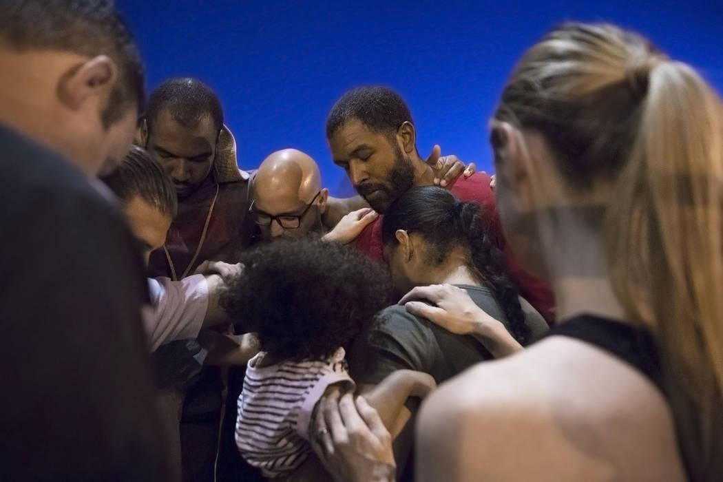 El terapeuta de salud mental con licencia Sheldon Jacobs, arriba/derecha, es bendecido por los miembros de la Iglesia Shadow Hills antes de salir a las calles el viernes 31 de agosto de 2018 en el ...