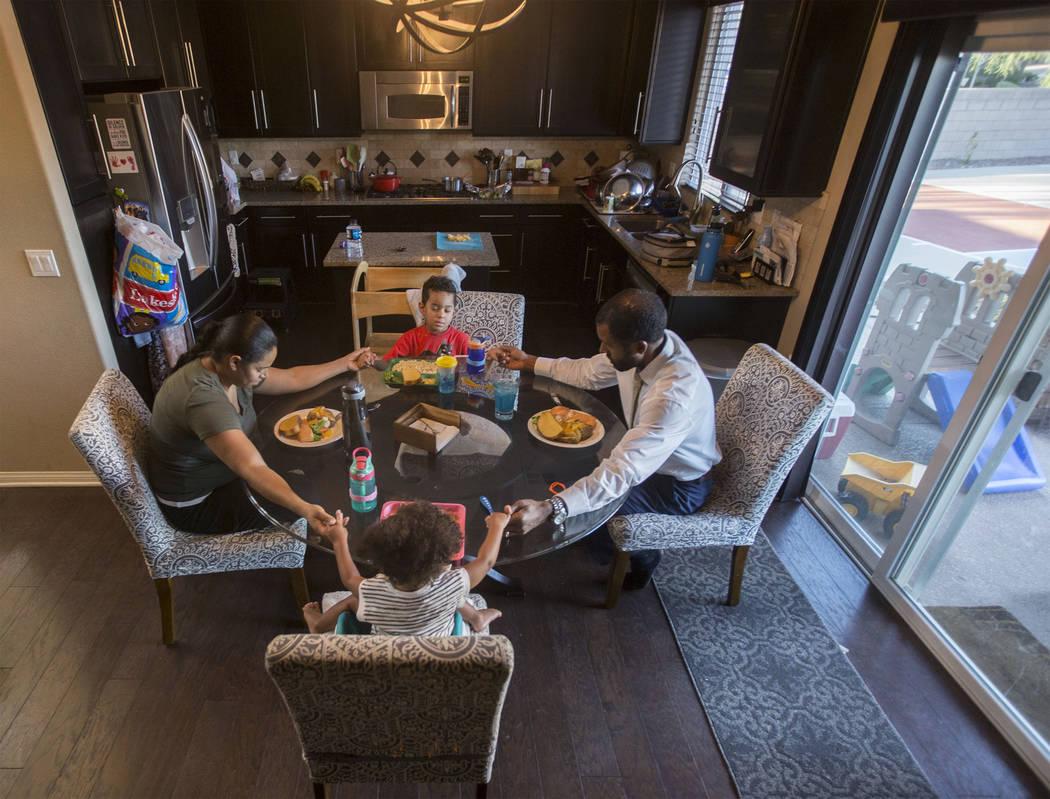 El terapeuta de salud mental con licencia, Sheldon Jacobs, reza con su esposa Nicole, su hija Arianna y su hijo Jayden antes de su última comida garantizada durante las próximas 48 horas el vier ...