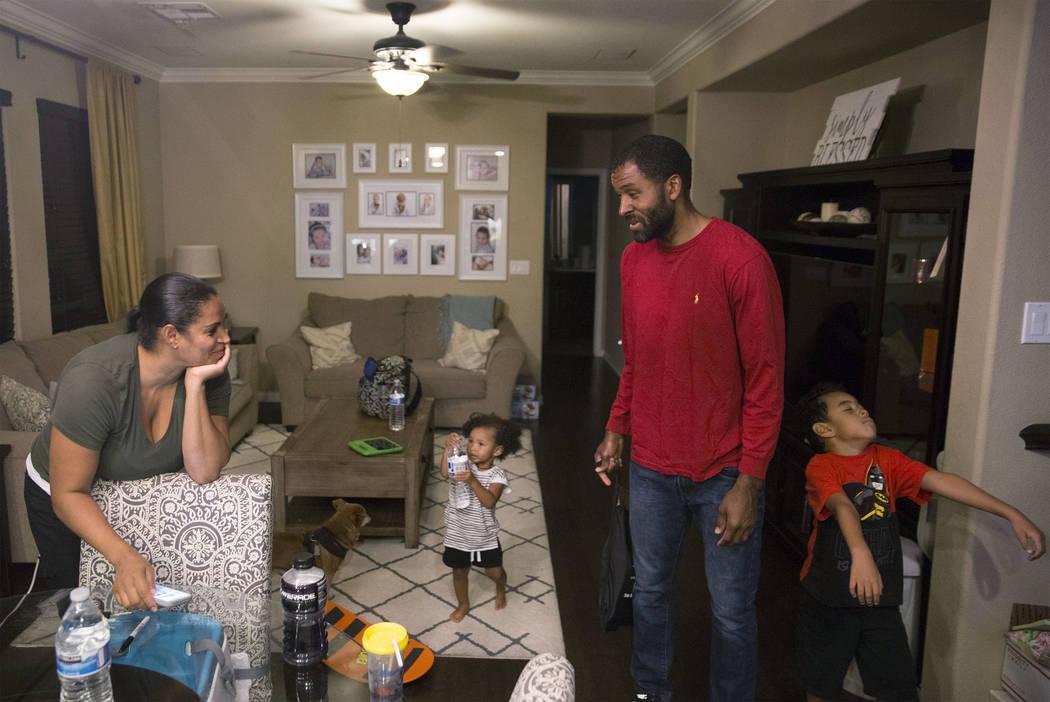 El terapeuta de salud mental con licencia Sheldon Jacobs, segundo desde la derecha, pasa el tiempo con su esposa Nicole, su hija Arianna y su hijo Jayden el viernes 31 de agosto de 2018 en casa de ...
