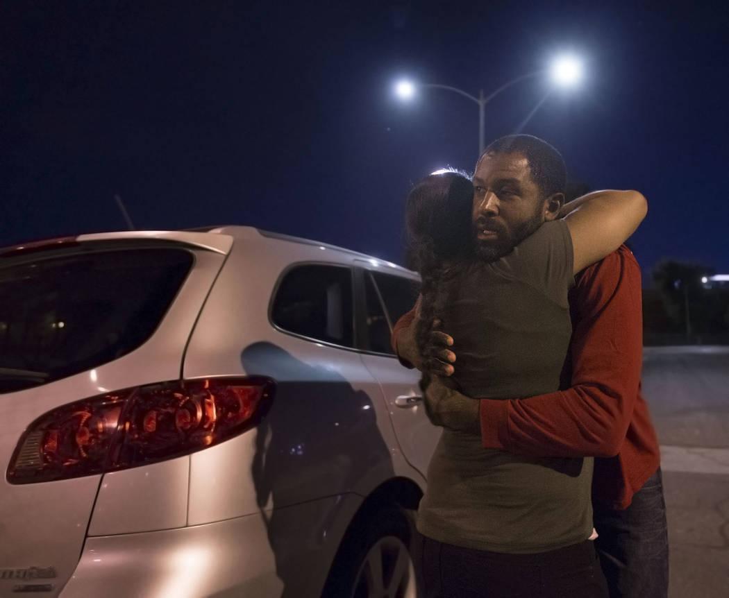 El terapeuta en salud mental con licencia Sheldon Jacobs, a la derecha, abraza a su esposa Nicole antes de salir a las calles haciéndose pasar por un vagabundo el viernes 31 de agosto de 2018 en ...