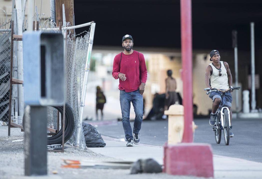 El terapeuta de salud mental con licencia Sheldon Jacobs, a la izquierda, posando como un hombre sin hogar, camina en North City Parkway cerca de West Bonanza Road el domingo 2 de septiembre de 20 ...