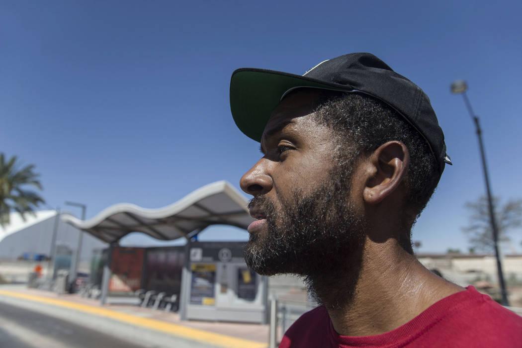 El terapeuta de salud mental con licencia Sheldon Jacobs, haciéndose pasar por un vagabundo, se desplaza cerca de South Grand Parkway y North City Parkway el sábado 1 de septiembre de 2018 en La ...