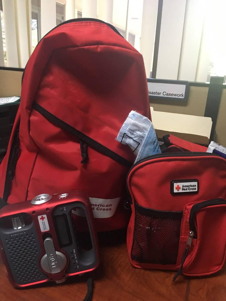 Mochila de emergencia de la Cruz Roja que incluye un radio-linterna y primeros auxilios. Foto Cortesía Cruz Roja.