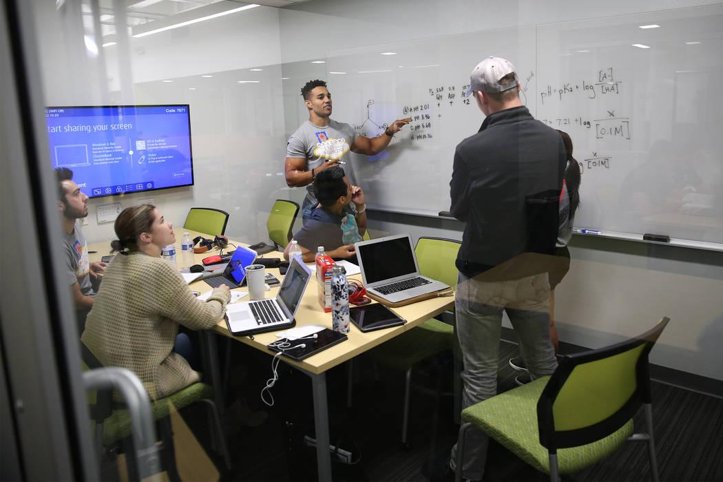 Los estudiantes de medicina trabajan en la biblioteca de la UNLV Shadow Lane Campus en Las Vegas, miércoles, 5 de septiembre de 2018. Erik Verduzco Las Vegas Review-Journal @Erik_Verduzco