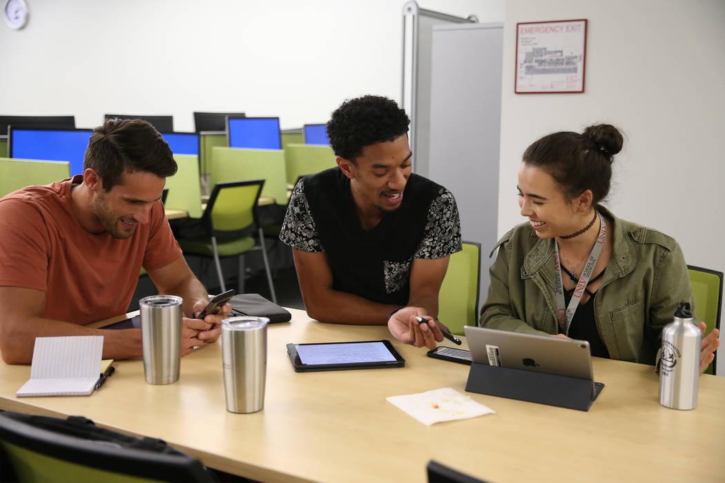 Los estudiantes de medicina Trevor Orr, desde la izquierda, Donnis Davis y Maiko Suárez, trabajan en la biblioteca de la UNLV Shadow Lane Campus en Las Vegas, el miércoles 5 de septiembre de 201 ...