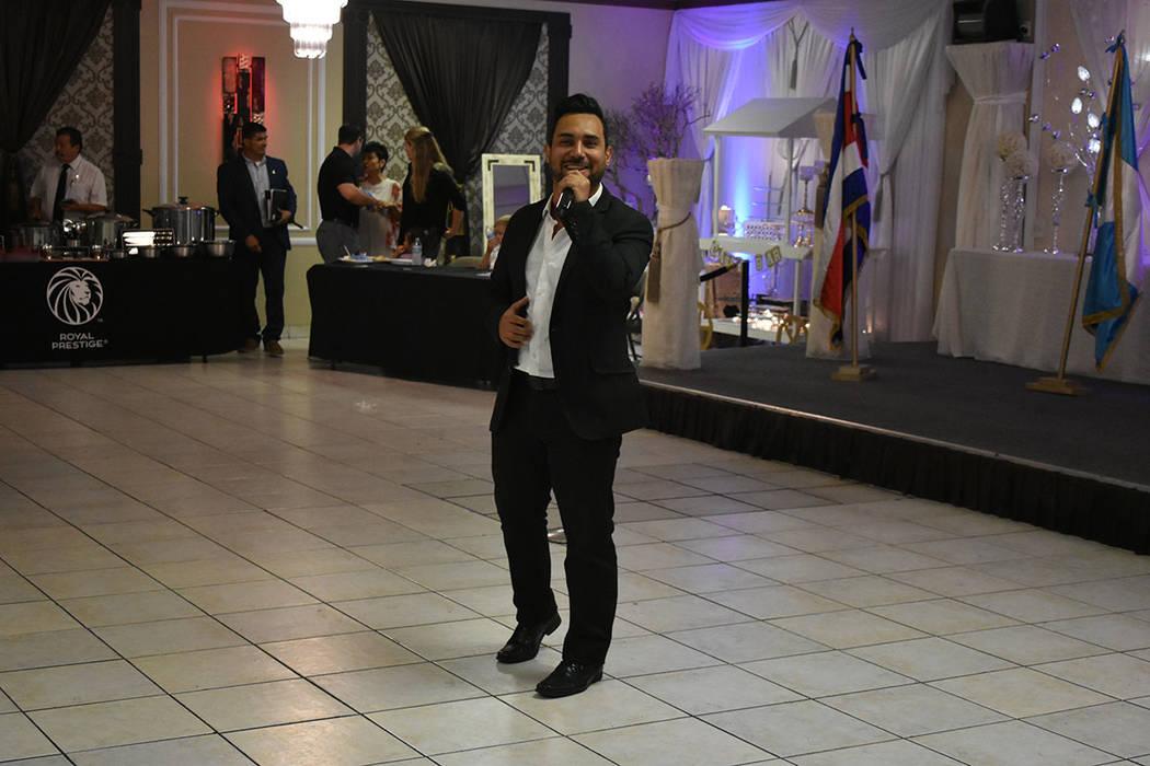 El cantante nicaragüense Rommel Ocampo interpretó 'América' para iniciar con la celebración. Domingo 9 de septiembre de 2018 en el salón La Onda. Foto Anthony Avellaneda / El Tiempo.