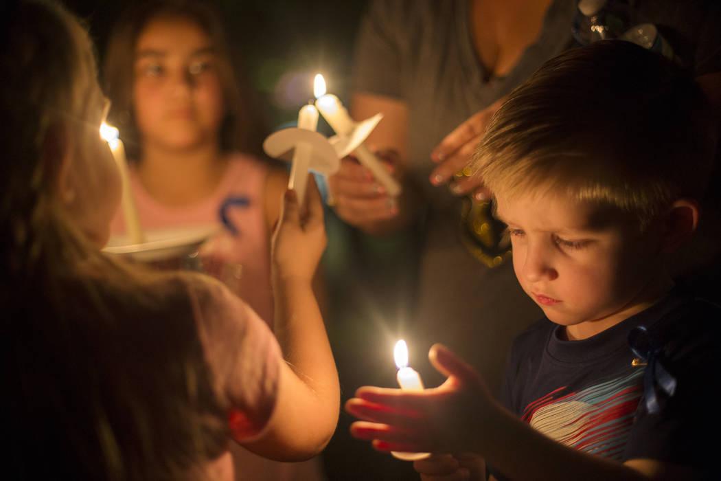 Jaxson Smith, de 4 años, sostiene una vela en el velorio de Levi Echenique, de 8 años, en Paradise Park, Las Vegas, el domingo 9 de septiembre de 2018. Echenique murió en un accidente automovil ...