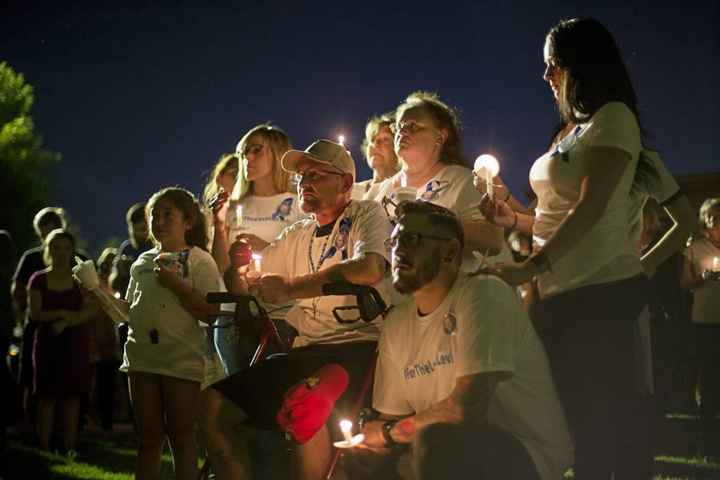 José Echenique, centro, padre de Levi Echenique, de 8 años, escucha junto a su familia en un velorio en Paradise Park, Las Vegas, el domingo 9 de septiembre de 2018. Levi murió en un accidente ...