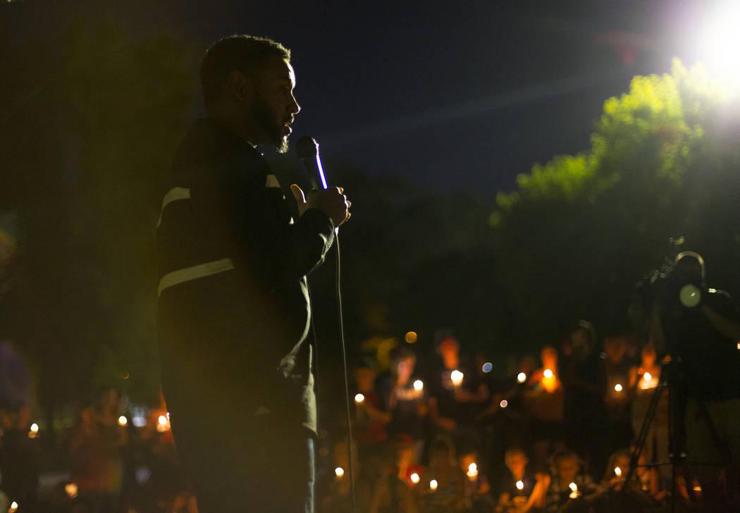 Cameron H. Miller ofrece un discurso a amigos y familiares de Levi Echenique, de 8 años, en una vigilia en Paradise Park, Las Vegas, el domingo 9 de septiembre de 2018. Echenique murió en un acc ...