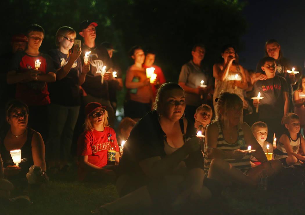 Amigos y familiares se reúnen para un velorio para Levi Echenique, de 8 años, en Paradise Park, Las Vegas, el domingo 9 de septiembre de 2018. Echenique murió en un accidente automovilístico e ...