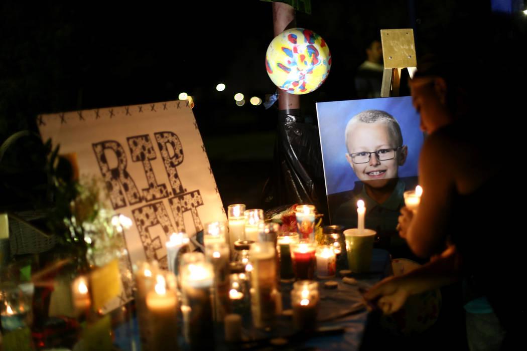 Velas y una foto de Levi Echenique de 8 años en una vigilia en Paradise Park en Las Vegas, domingo, 9 de septiembre de 2018. Echenique murió en un accidente automovilístico el 31 de agosto. Sus ...