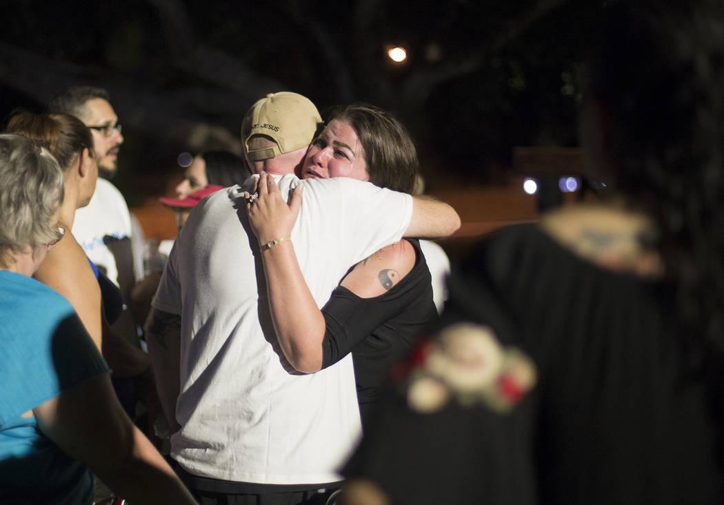 Margina Mujica llora mientras habla con José Echenique, padre de Levi Echenique, de 8 años, en un velorio en Paradise Park en Las Vegas, el domingo 9 de septiembre de 2018. Levi murió en un acc ...