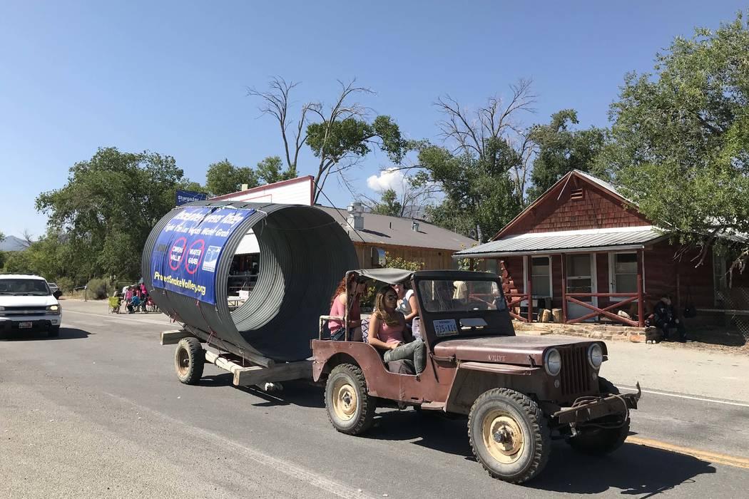Una entrada del desfile que protesta por el oleoducto propuesto por la Autoridad del Agua del Sur de Nevada rural rueda por la calle en Baker durante el Festival anual de Snake Valley el 1 de sept ...