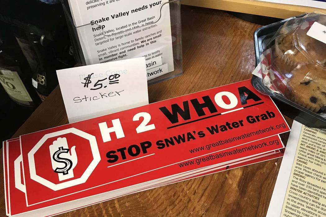 Una tienda de conveniencia en la pequeña ciudad de Baker, en el condado de White Pine, vende adhesivos para automóviles antidifusión el 1 de septiembre. (Henry Brean / Las Vegas Review-Journal)