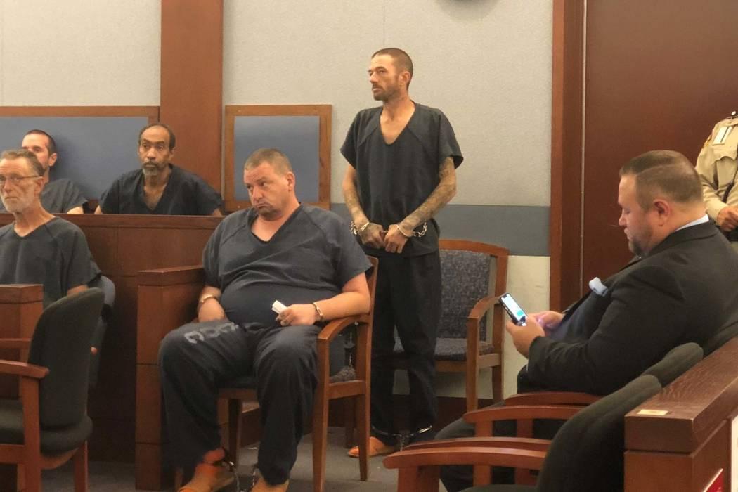 Joshua Oxford, de pie, aparece en el Tribunal de Justicia de Las Vegas el lunes 10 de septiembre de 2018. Se enfrenta a un cargo de asesinato por la muerte de Daniel Theriot, de 3 años. (David Fe ...