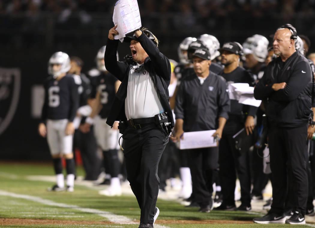 El entrenador en jefe de los Oakland Raiders, Jon Gruden, pide un tiempo de descanso durante la primera mitad de su juego de la NFL contra los Rams de Los Ángeles en Oakland, California, el lunes ...