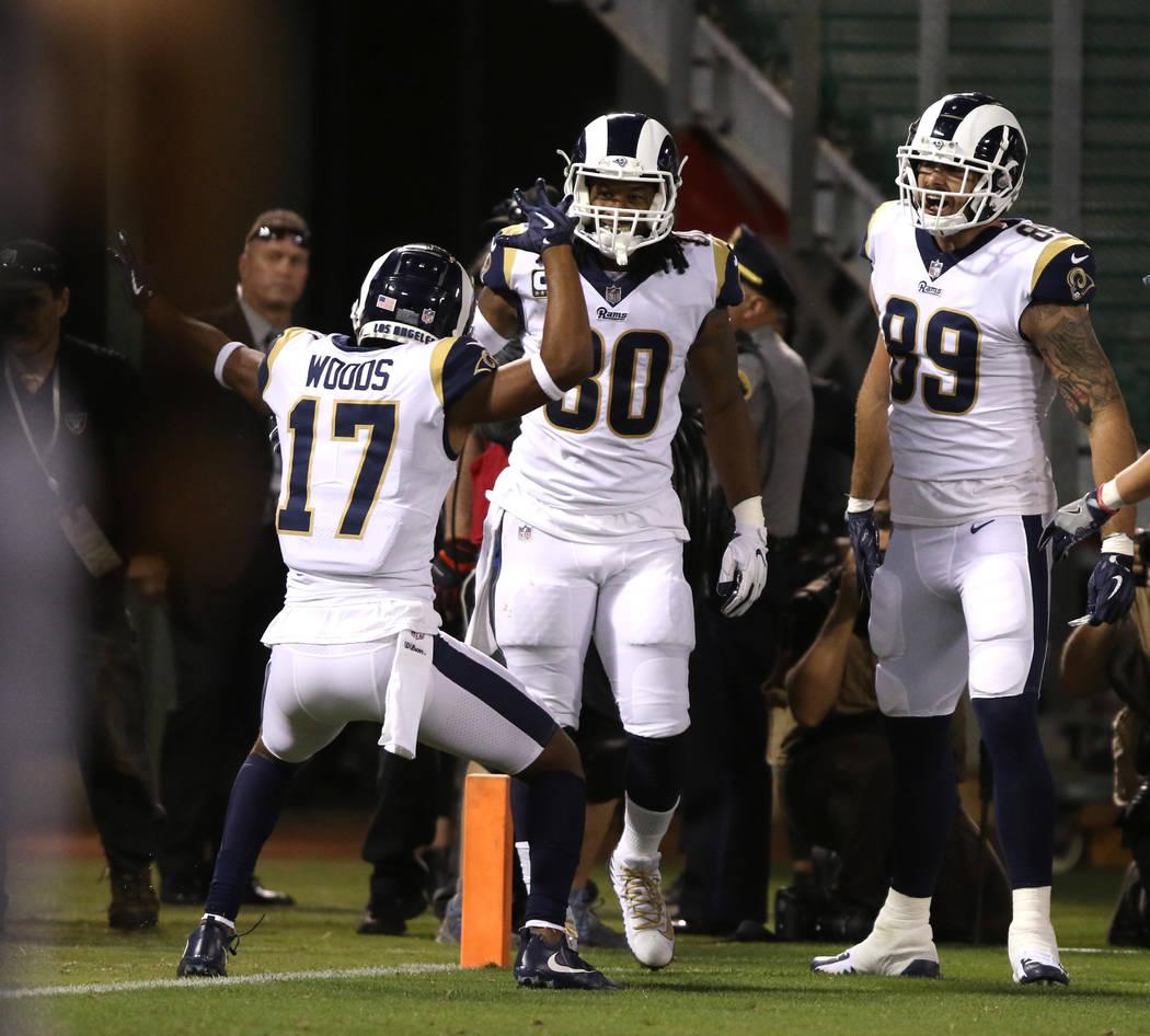 El corredor de los Rams de Los Ángeles, Todd Gurley (30), anota un touchdown cuando el receptor abierto Robert Woods (17) y el alero cerrado, Tyler Higbee (89), vienen a celebrar con él durante ...