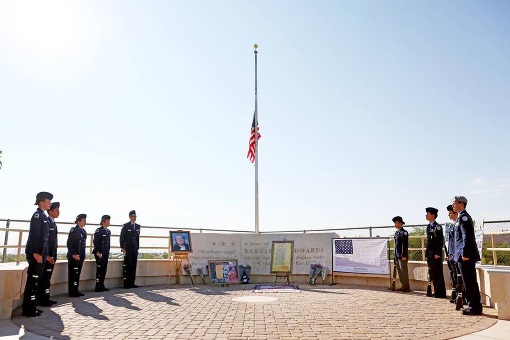Archivo.- Los miembros del JROTC de la Fuerza Aérea de la Preparatoria Palo Verde se ponen de pie después de que se levantara una nueva bandera durante la ceremonia anual de reedicación en recu ...