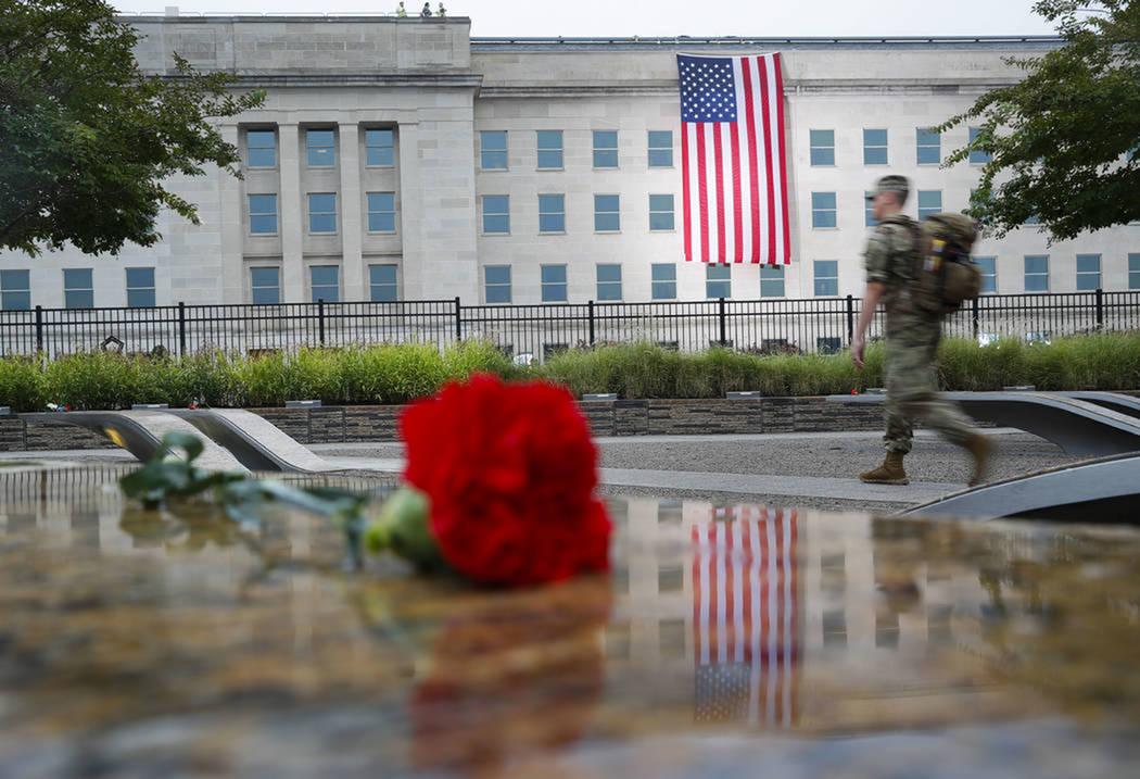 Un miembro del ejército nacional camina por los terrenos del Pentágono 9/11 antes del inicio de la Observancia del Pentágono, en el 17 ° aniversario de los ataques del 11 de septiembre. Marte ...