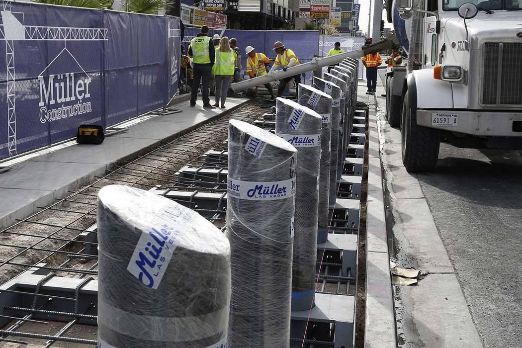 Equipos de construcción vierten cemento donde comenzaron a instalar postes de acero en el Strip cerca del casino-hotel Aria el lunes 13 de noviembre de 2017 para proteger a los peatones, lugareñ ...