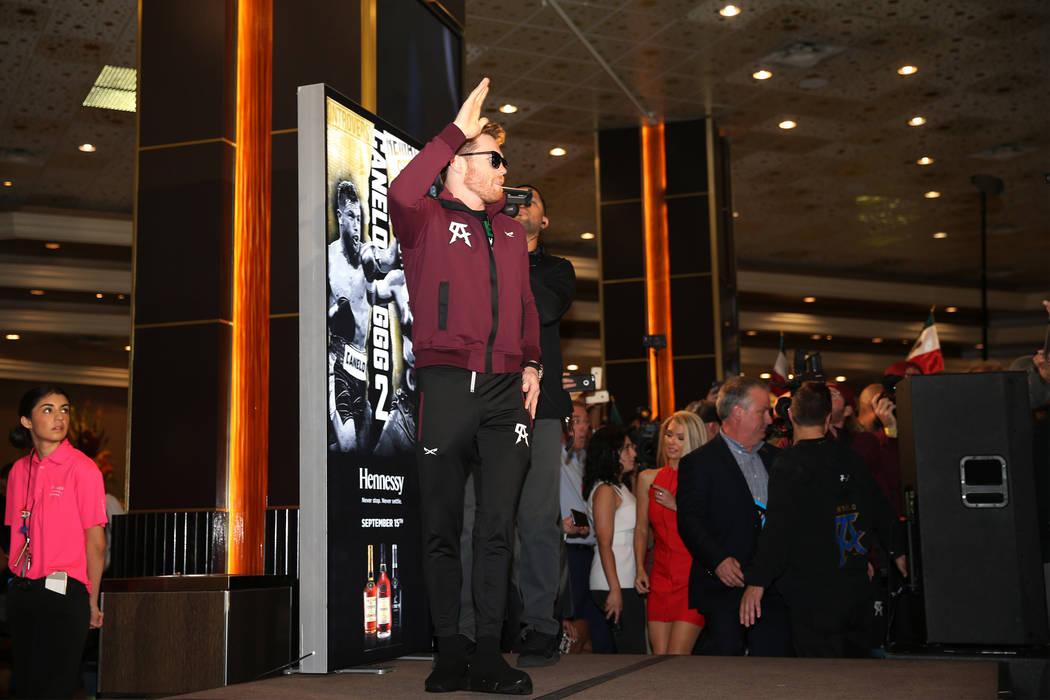 """Saúl """"Canelo"""" Álvarez en el escenario durante un evento de """"Grandes Llegadas"""" en el hotel casino MGM Grand en Las Vegas, martes, 11 de septiembre de 2018. Erik Verduzco Las Vegas Review-Journal ..."""