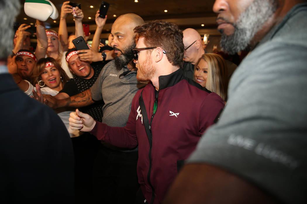 """Saúl """"Canelo"""" Álvarez, del centro, hace su camino al escenario durante un evento de """"Grandes Llegadas"""" en el MGM Grand hotel-casino en Las Vegas, martes, 11 de septiembre de 2018. Erik Verduzco ..."""