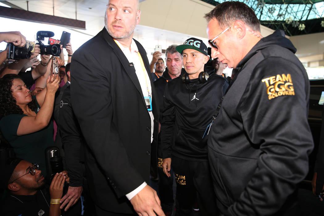 """Gennady Golovkin, del centro, hace su camino hacia el escenario durante las """"Grandes Llegadas"""" en el MGM Grand hotel-casino en Las Vegas, martes, 11 de septiembre de 2018. Erik Verduzco Las Vegas ..."""