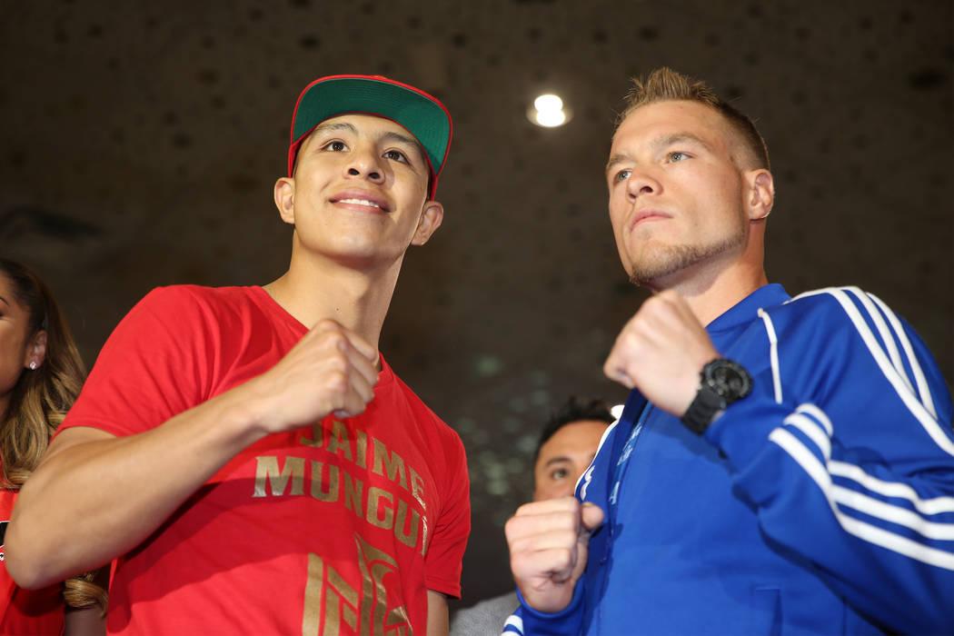 """Jaime Munguia, izquierda, y Brandon Cook posan durante un evento de boxeo """"Grand Arrivals"""" en el hotel casino MGM Grand en Las Vegas, el martes 11 de septiembre de 2018. Erik Verduzco Las Vegas Re ..."""